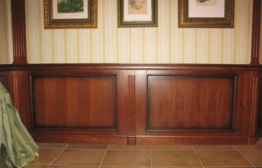 выполнена отделка стеновыми панелями дерева