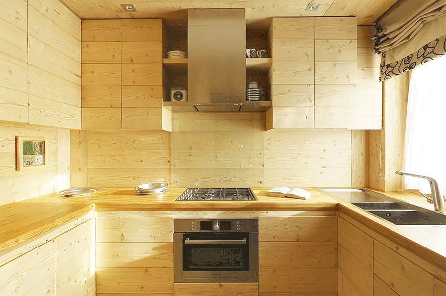 на кухне также важна и деревянная обшивка стен